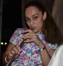 Mulher Procurando Em Lara El Salvador-96604